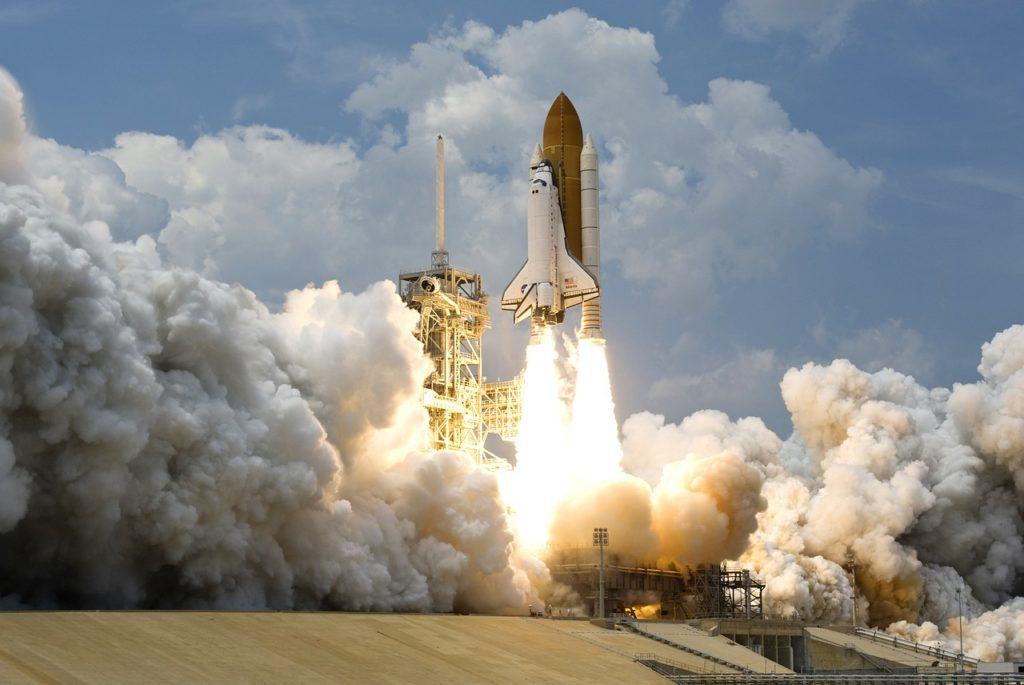 Vaisseau spatial au décolage. Cela nécessite le travail de milliers de personnes