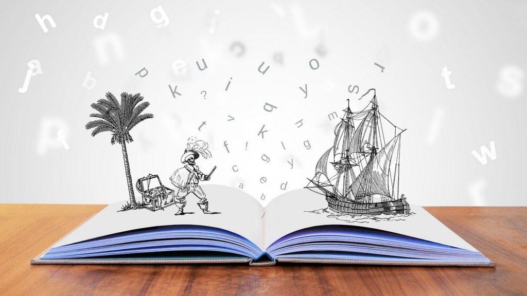 Livre ouvert avec des pages blanches. Deux dessins émergent des pages. Sur la gauche, un pirate avec une boîte au trésor et un palmier. A droite, un vaisseau. Les lettres flottent au-dessus du livre.