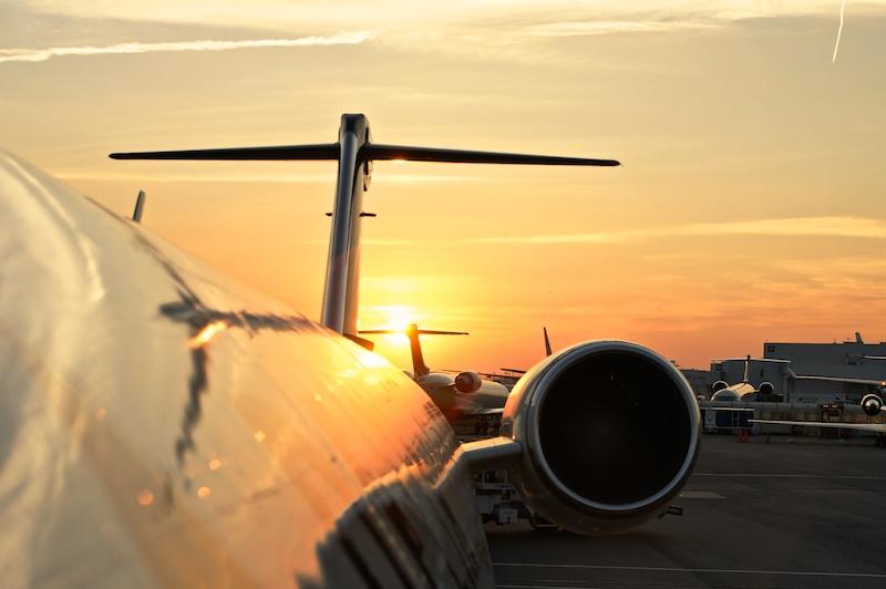 Avion en contre-jour d'un couché de soleil
