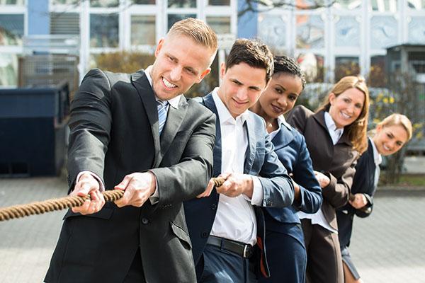 Groupe de personnes participant à un tir à la corde.